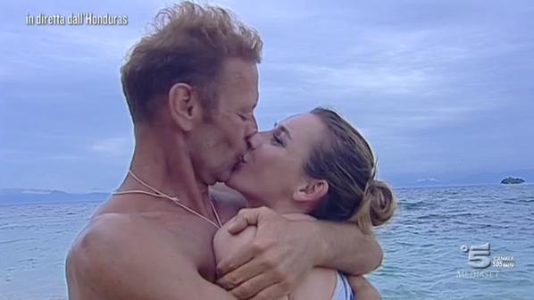 Rocco bacia la moglie sull'Isola dei Famosi