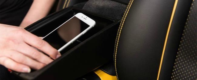 """Il """"vano isolante"""" di Nissan dove inserire il nostro smartphone"""