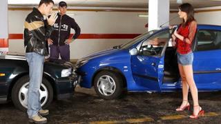 Scena iniziale di un film per adulti con incidente stradale