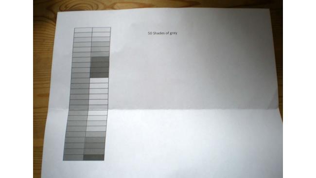 Un foglio con delle sfumature di grigio