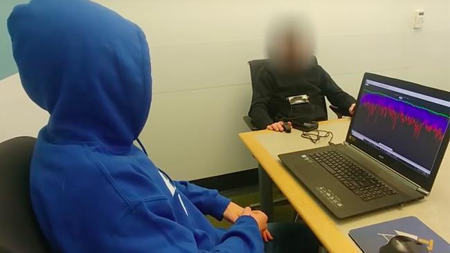 Un uomo collegato alla macchina della verità e il suo intervistatore