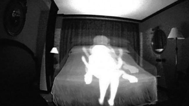 Telecamere nascoste che riprendono una scena di sesso di una donna con un sedicenne