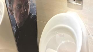 L'immagine di Jeremy Renner troppo vicina al vespasiano