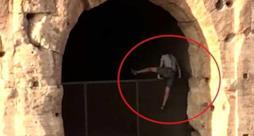 Il ragazzo mentre si intrufola nel Colosseo