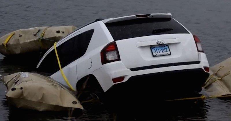 La foto della Jeep caduta in un lago.