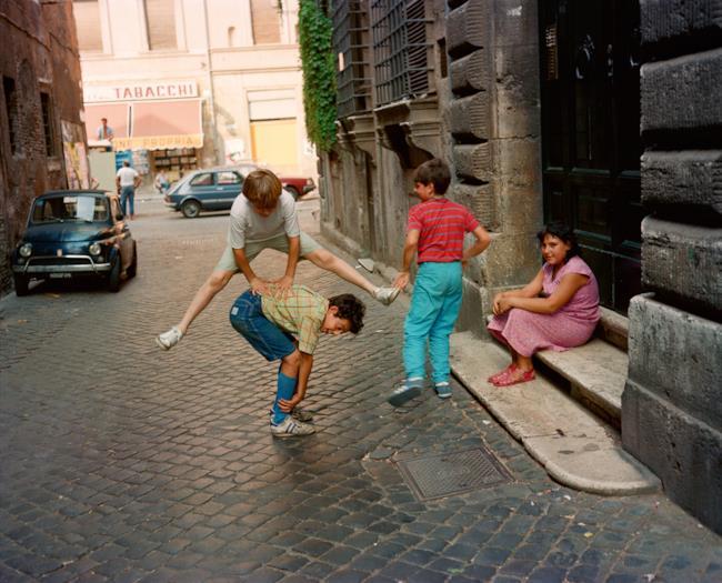 Foto di bimbi che giocano a Roma nel 1982
