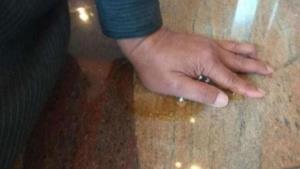 La mano di Hamid incollata al pavimento