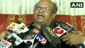 La foto di Rameshchandra Fefar durante le interviste