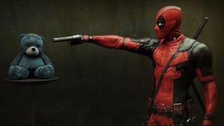 Deadpool e un orsacchiotto di pezza in una nuova immagine ufficiale