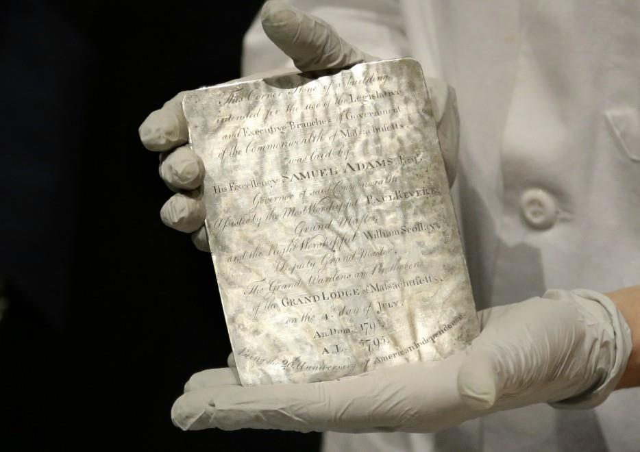 La targa d'argento chiusa nella scatola del tempo ritrovata a Boston