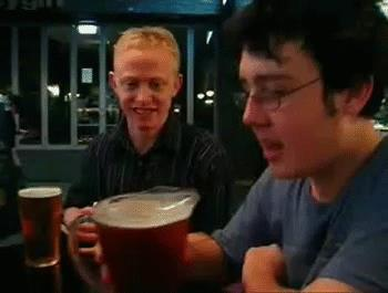 un ragazzo si beve una pinta di birra in un sorso