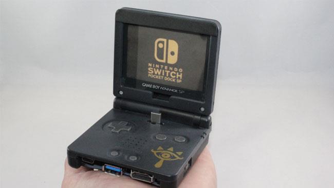Un vecchio Game Boy Advance trasformato in un dock per Nintendo Switch.
