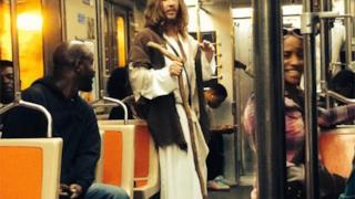 Un uomo vestito da Gesù