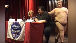 Un frame del video che testimonia l'interruzione