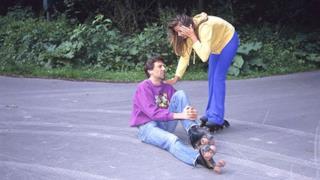 Scena iniziale di un film per adulti con una caduta sui pattini
