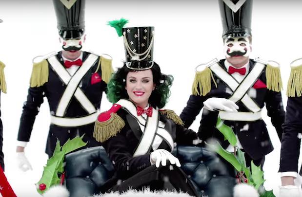 Nello spot di Natale di H&M Katy Perry è anche in versione schiaccianoci