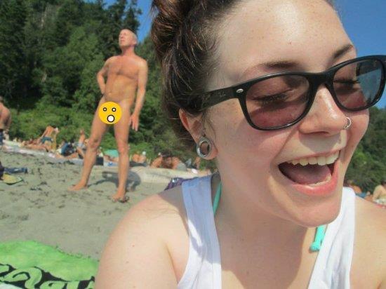 Uomo nudo sullo sfondo di una foto
