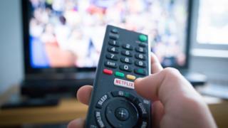 Un telecomando pronto a fare zapping - Netflix, le novità in catalogo e consigli su cosa vedere