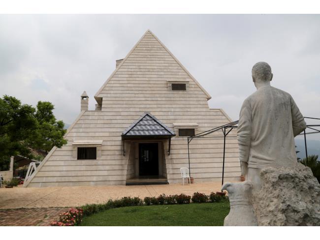 Una casa a forma di piramide