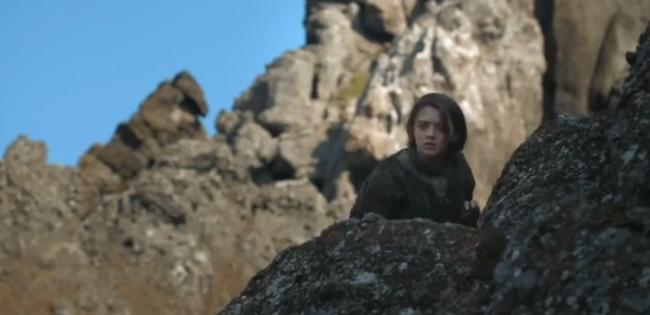 Arya Stark si nasconde dietro le rocce