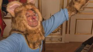 Kevin Specey nel ruolo di Keyboard Cat