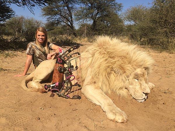 Foto della cheerleader cacciatrice con un leone