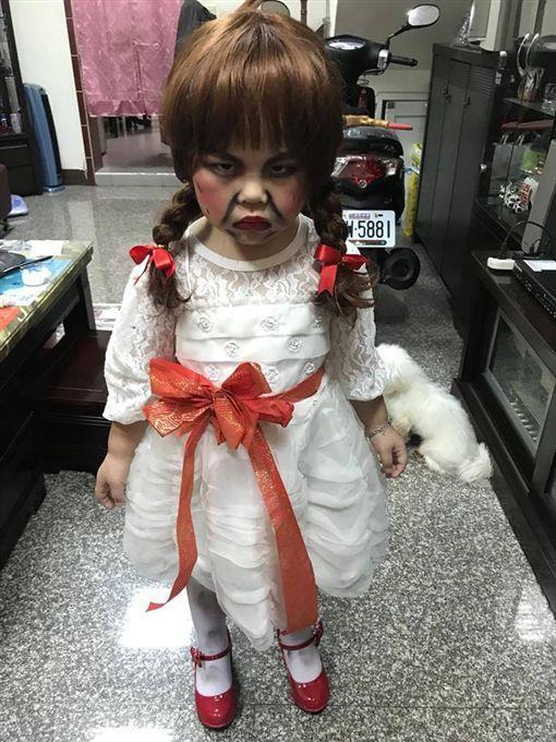 Il bimbo vestito da Annabelle