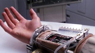 La mano bionica di Luke Skywalker