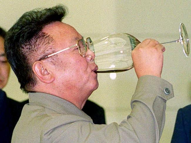Kim Jong-il con un bicchiere di vino