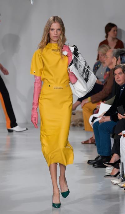 Una modella indossa i guanti da 390 dollari di Calvin Klein