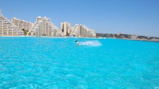Surf nella piscina più grande del mondo