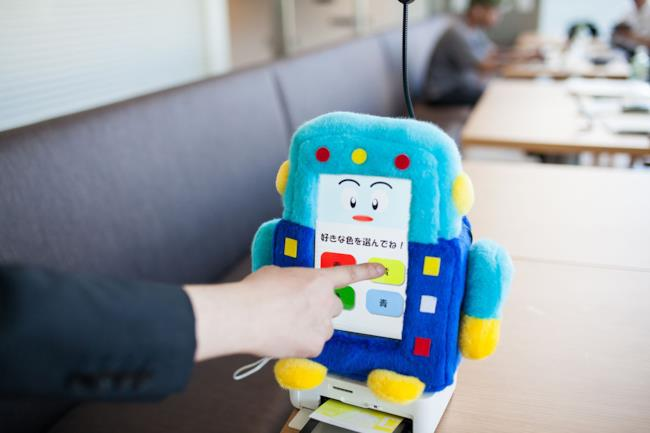 Un robot intrattiene gli ospiti nell'hotel dei robot giapponese
