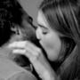 Bacio impacciato sul set di First Kiss