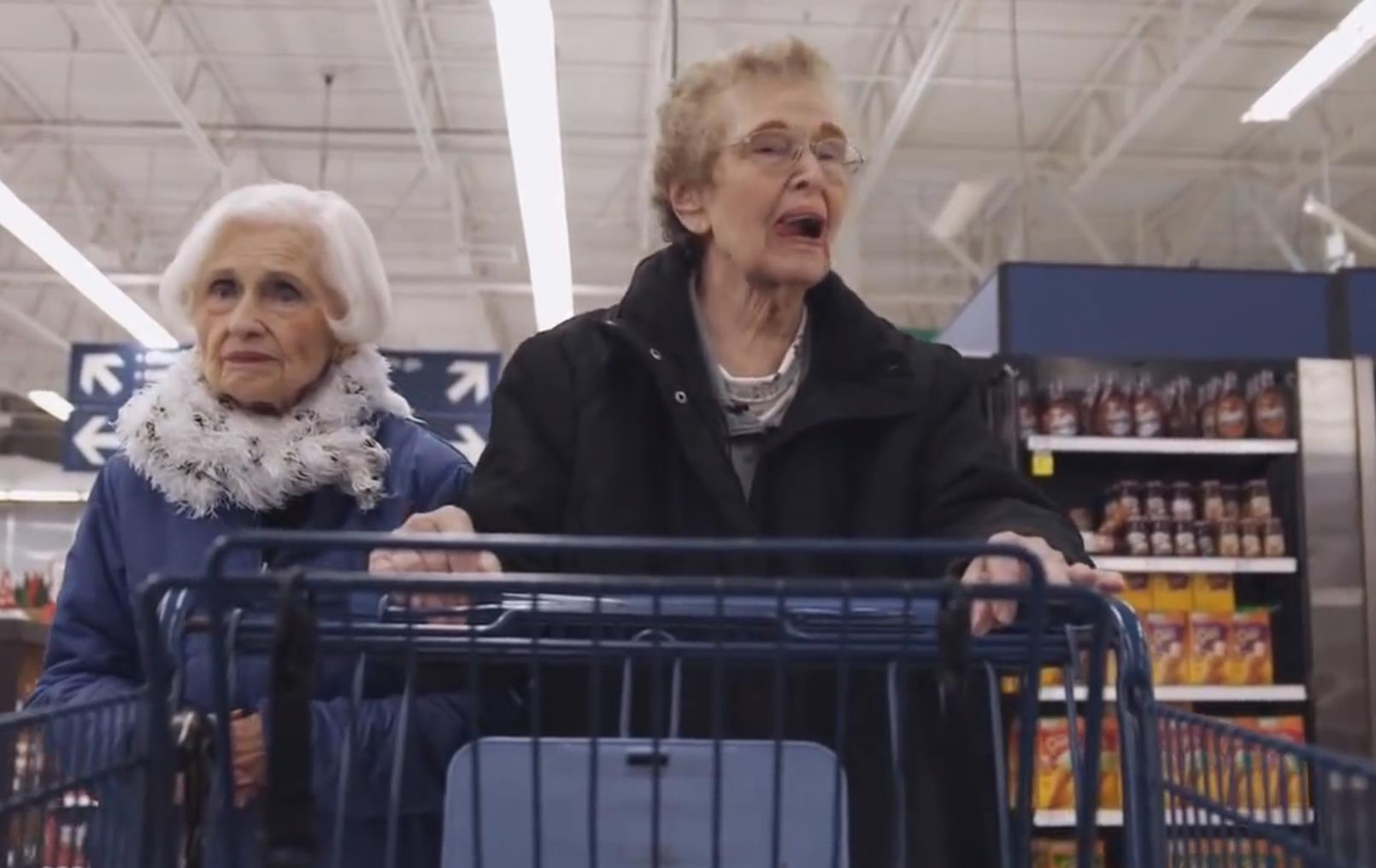 Evelyn con una vicina di casa al supermercato