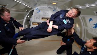 Lo scienziato Stephen Hawking in assenza di gravità