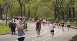 Delle persone fanno jogging a New York