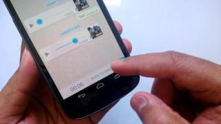 Un utente di WhatsApp registra un messaggio vocale
