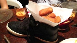 Una porzione di fritture servita in una scarpa