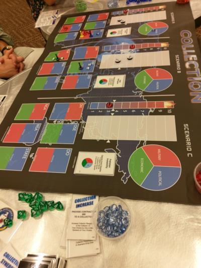 Tabellone, pedine e dadi del boardgame della cia