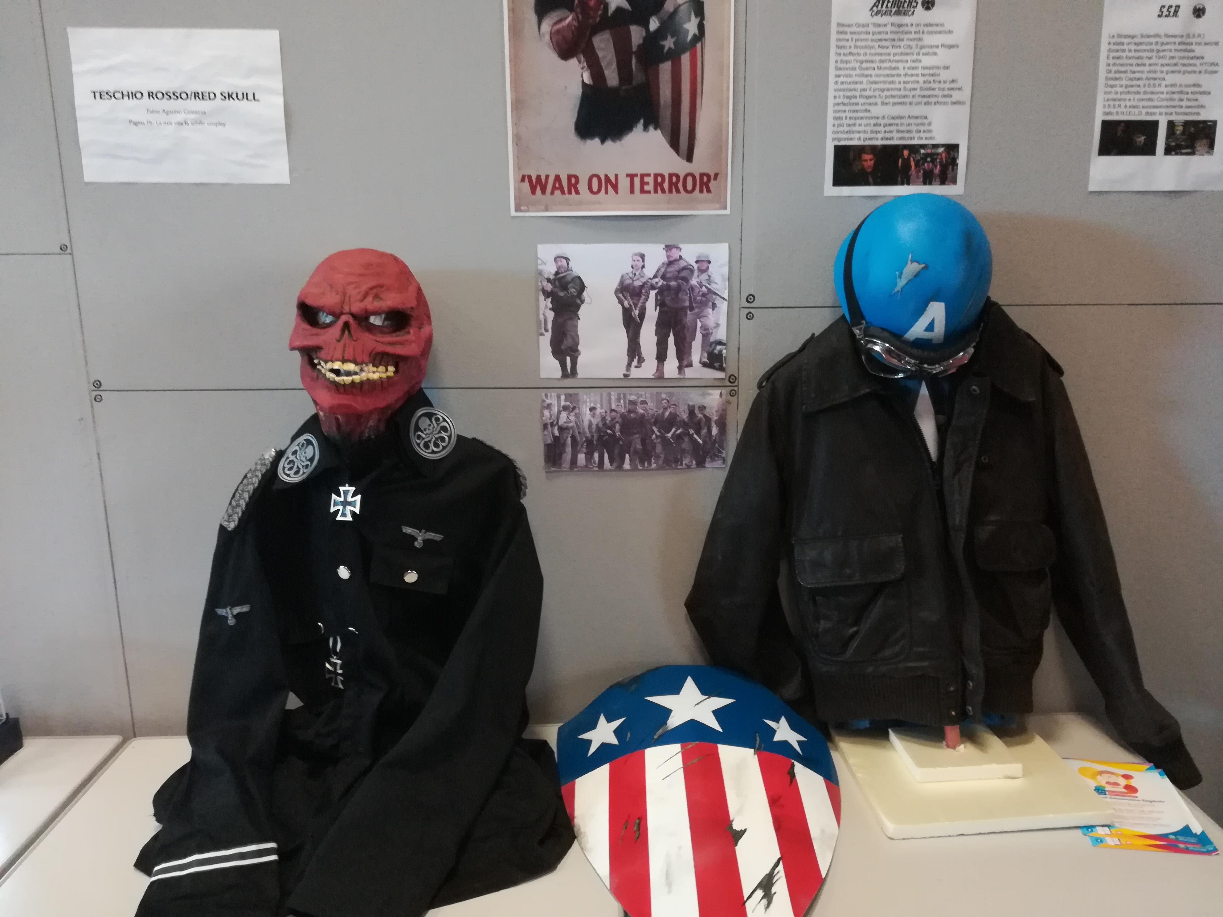 Due riproduzioni di oggetti di scena di film Marvel a Etna Comics