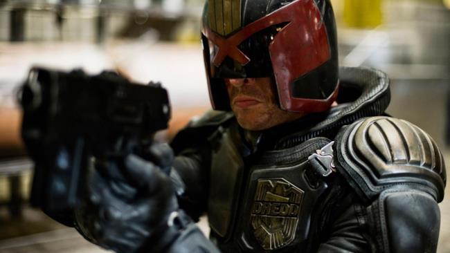 Judge Dredd in azione in un'immagine dal film