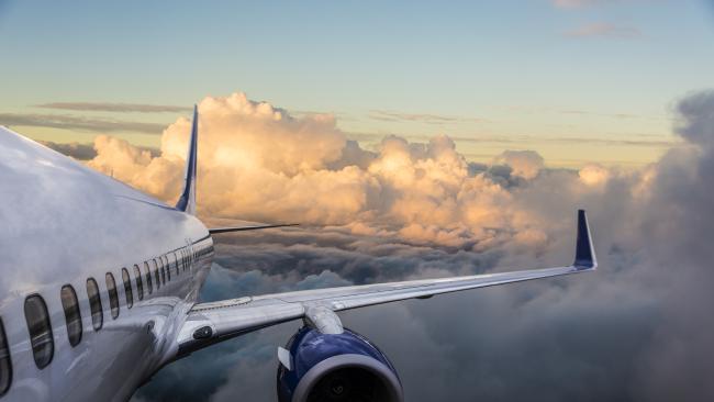 La foto di un aeroplano in volo