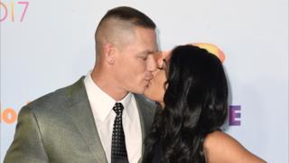 John Cena e Nikki Bella si baciano sul red carpet