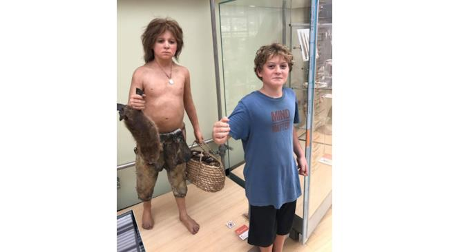 Un ragazzino uguale a una statua di cera