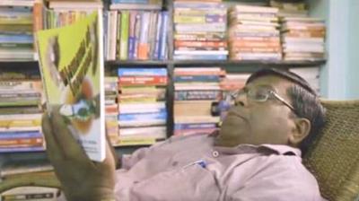 Parthiban mentre legge