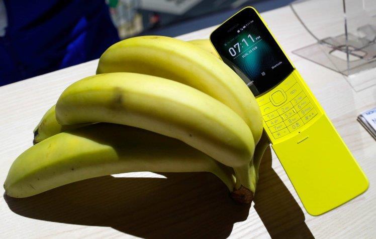 Il Nokia 8110 assieme a delle banane
