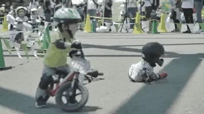 Un bambino aiuta un altro a rialzarsi - Le GIF più divertenti da scaricare e condividere su Facebook e WhatsApp