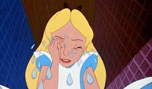 Il personaggio Disney Alice piange a dirotto -  GIF di reazione ai commenti, le più divertenti da usare su Whatsapp e Facebook