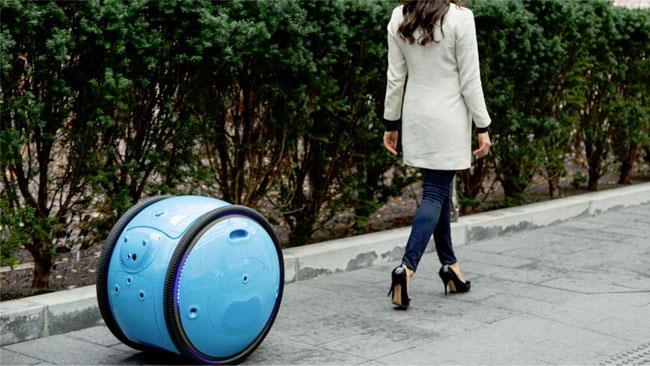 Una ragazza è seguita dal trolley Piaggio Gita