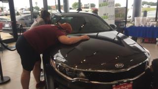 Donna vince l'auto baciandola per 50 ore